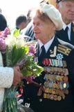 9 DE MAYO: Veterano de la mujer en el desfile Fotos de archivo