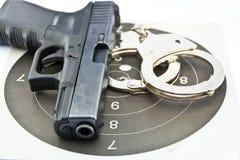 9 die automatische Millimeter-Pistole und die Polizei fesselt mit Handschellen Stockfoto