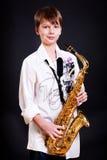 9 Einjahresjunge mit einem Saxophon Lizenzfreies Stockfoto