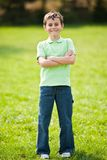 9 Jahre alte Kind in einem Park Lizenzfreies Stockbild