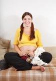 9 meses de mujer embarazada están haciendo punto Foto de archivo libre de regalías