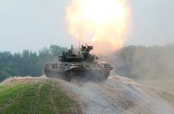 90射击的t坦克 免版税库存照片
