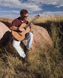 90 Strumming la chitarra Fotografie Stock Libere da Diritti