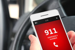 拿着有突发事件数量的911的手手机 免版税库存照片