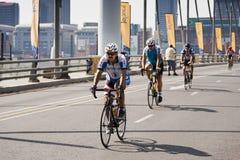 94.7 cavaleiros do desafio do ciclo na ponte de Mandela Fotografia de Stock Royalty Free