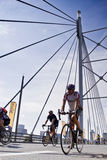 94.7 curseurs d'enjeu de cycle sur la passerelle de Mandela Photos stock