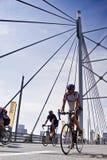 94.7 jinetes del desafío del ciclo en el puente de Mandela Fotos de archivo