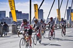94.7 jinetes del desafío del ciclo en el puente de Mandela Foto de archivo libre de regalías