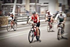 94.7 Schleife-Herausforderungs-Mitfahrer auf Mandela-Brücke Stockfoto