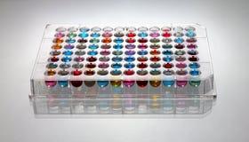96 putten microplate vloeistof Stock Foto