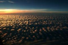 98朵云彩飞行视图 免版税库存照片