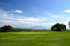 9de gat bij het golfcursus van San Roque in Spanje op een heldere zonnige dag Royalty-vrije Stock Foto