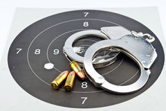 9mm Luger-Munition und Handschellen Lizenzfreies Stockbild
