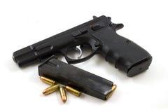 9mm mit Klipp und vier Gewehrkugeln Stockfoto