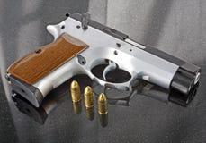 9mm pistool met kogels Royalty-vrije Stock Foto