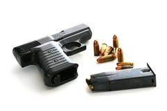 9mm pistool met tijdschrift en munitie Stock Foto