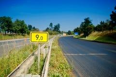 9no Señal del camino del kilómetro Fotos de archivo