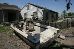 9o HOME da divisão com o barco na jarda dianteira Fotografia de Stock Royalty Free