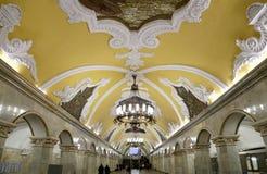 Ade Komsomolskayada estaçãode metro(linha de Koltsevaya) em Moscou, Rússia Imagens de Stock