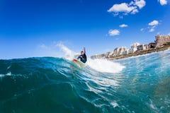 Ação adolescente surfando da onda de água do surfista Fotografia de Stock