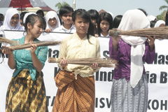 Ação anticorrupção da vassoura de três estudantes Foto de Stock