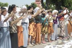 Ação anticorrupção da vassoura de três estudantes Fotos de Stock Royalty Free