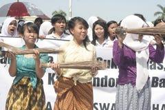 Ação anticorrupção da vassoura de três estudantes Imagens de Stock Royalty Free
