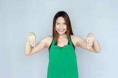 ação asiática da menina com a série verde do avental Fotografia de Stock Royalty Free