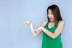 ação asiática da menina com a série verde do avental Imagem de Stock