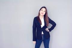 ação asiática do sorriso da clareira da menina com série preta Foto de Stock