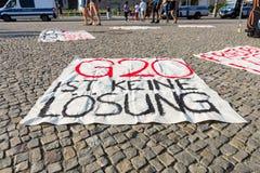 Ação calma do protesto contra o grupo G20 da política vinte em Pariser Platz na frente da porta de Brandemburgo Foto de Stock