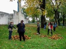 A ação comum da união bielorrussa da juventude e dos padres da igreja ortodoxa na região de Gomel Foto de Stock Royalty Free