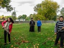 A ação comum da união bielorrussa da juventude e dos padres da igreja ortodoxa na região de Gomel Imagens de Stock