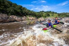 Ação da corredeira da raça da canoa Foto de Stock