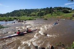 Ação da corredeira da raça da canoa Fotografia de Stock