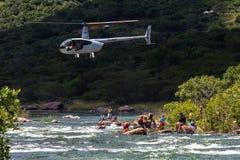 Ação da corredeira do rio dos líderes do helicóptero da raça da canoa Fotografia de Stock Royalty Free