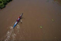 Ação da corredeira dos Paddlers da raça da canoa Foto de Stock