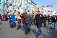Ação da memória do ` imortal do regimento do ` em Nevsky Prospekt St Petersburg Imagens de Stock