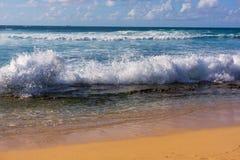 Ação da onda em Sandy Beach Fotografia de Stock