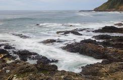 Ação da onda em uma linha áspera da costa Imagens de Stock