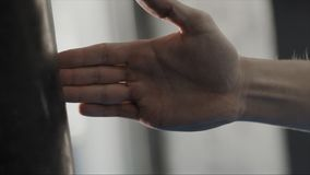 Ação da postura do homem no protetor pela palma no estilo do karaté, fim acima estoque Homem estado na posição da arte marcial Imagem de Stock