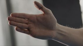 Ação da postura do homem no protetor pela palma no estilo do karaté, fim acima estoque Homem estado na posição da arte marcial Foto de Stock