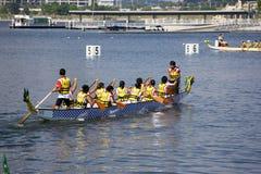 Ação da raça de barco do dragão Fotografia de Stock