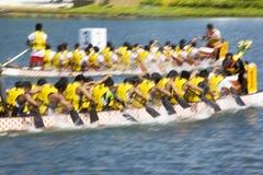 Ação da raça de barco do dragão (borrada) Fotos de Stock Royalty Free