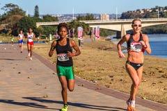 Ação da raça de maratona das meninas Foto de Stock
