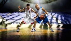 Ação de dois jogadores de basquetebol no gym Fotografia de Stock Royalty Free