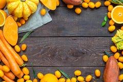Ação de graças Autumn Background, variedade de frutas e legumes alaranjadas no fundo de madeira escuro com espaço livre para o te Imagem de Stock