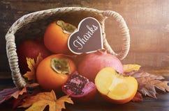 Ação de graças Autumn Fruit em Cane Basket Fotografia de Stock