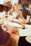 Ação de graças: A família diz a oração antes do jantar da ação de graças imagem de stock