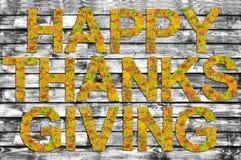 Ação de graças feliz escrita na placa de madeira de B&W com as palavras feitas das folhas Imagens de Stock Royalty Free